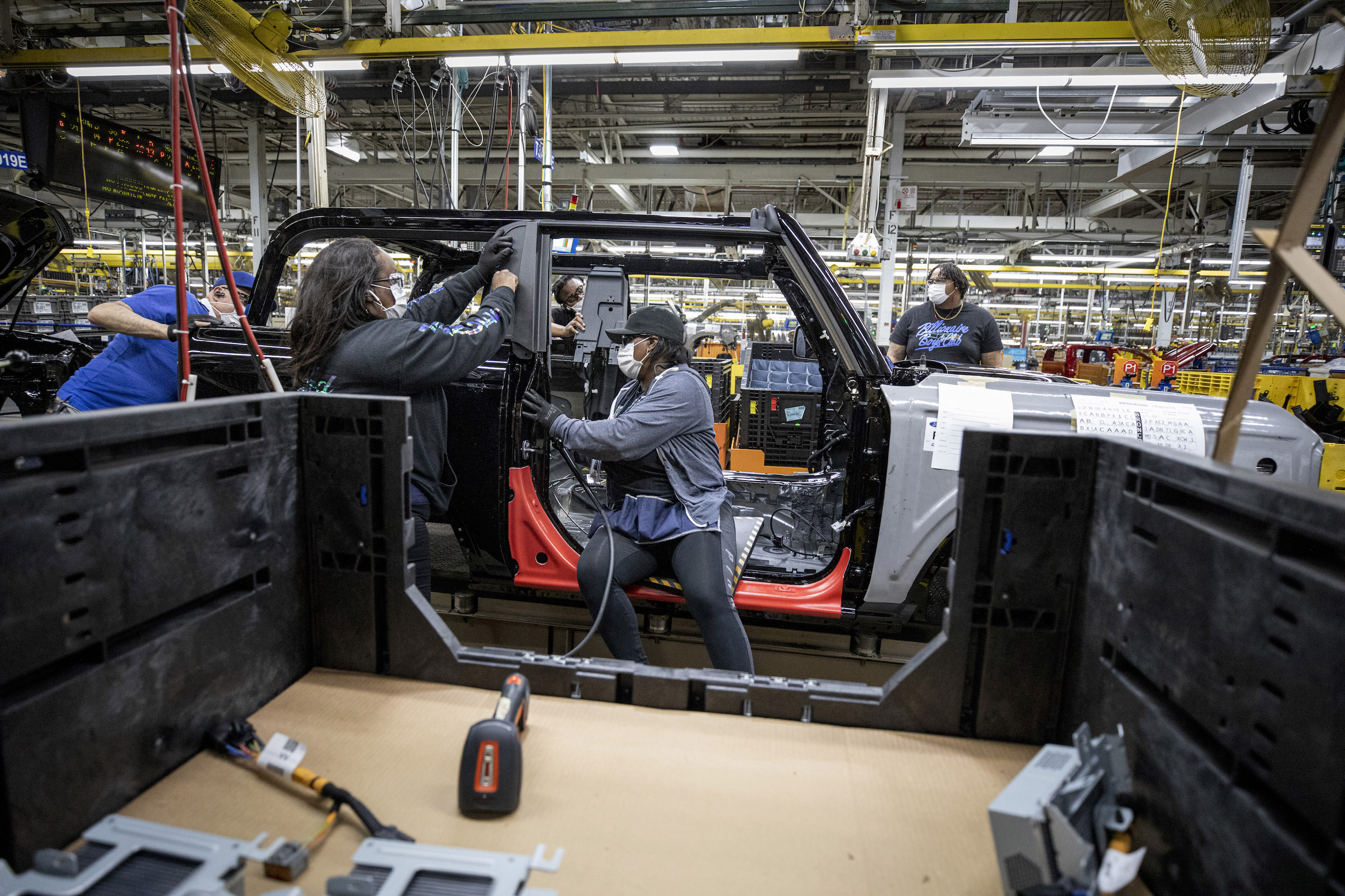 2021-ford-Bronco-production-workers-credit-ford