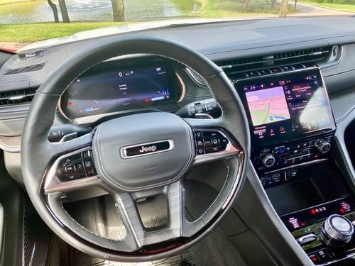 2021-overland-jeep-grand-cherokee-close-up-steering-wheel