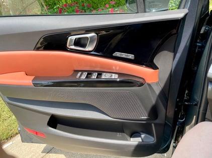 2022-kia-carnival-mvp-sx-prestige-door-panel-grille-carprousa
