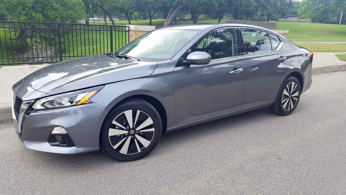 2019 Nissan Altima SV Review Photo Gallery
